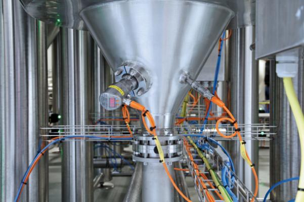 Cảm biến áp suất để phát hiện mức thủy tĩnh (bên trái) và bộ truyền nhiệt độ (bên phải) được sử dụng để đảm bảo quá trình sản xuất bia đáng tin cậy.